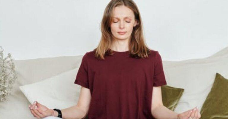 A Woman is doing anapana meditation to get the benefits of anapana meditation